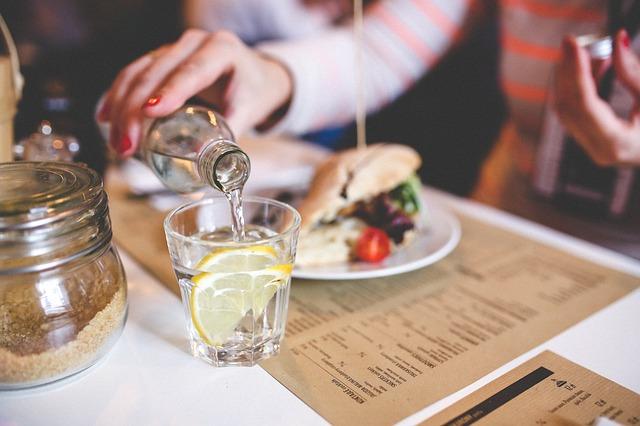 Cara mengecilkan perut dalam 1 hari - Minum air lemon